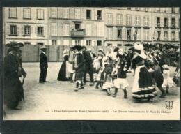 CPA - Fêtes Celtiques De BREST 1908 - Les Danses Bretonnes Sur La Place Du Château, Très Animé - Brest