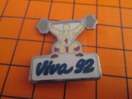 1419 Pin's Pins : BEAU ET RARE : Thème SPORTS /  HALTEROPHILIE VIVA 92 C'est Pas Le Moment C'est Pas Le Moment C'est Pas - Gewichtheben