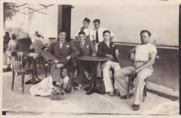 CARTE PHOTO ALGERIE -TEBESSA Ou TBESSA - Café Glacier En 1933 - Métier :  Le Cireur De Chaussure Sous Le Français - Tébessa