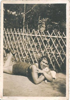 PIN UP WOMAN FEMME Semi Nude Nu In Swimsuit Lying With Puppy Hug Chiot - Photo Snapshot 8x6 1930' - Pin-Ups