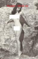 Reproduction D'une Photographie Ancienne D'une Jeune Femme Posant Nue Contre Un Rocher - Reproductions