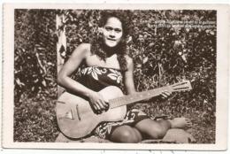 TAHITI PETITES DANSEUSE TAHITIENNE JOUANT DE LA GUITARE - Frans-Polynesië