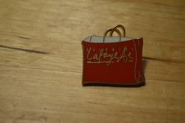 Rare Pin's Arthus Bertrand Galerie Lafayette Rouge  2.5 Cm - Arthus Bertrand