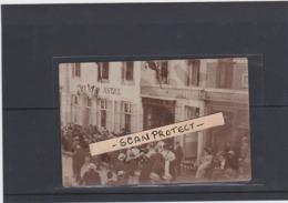 BILZEN-UNIEKE FOTOKAART-MANIFESTATIE-VEEL VOLK OP DE BEEN-CAFE DE LA JUSTICE+C.MAURISSEN NEG.-BEGIN 1900-TOP-ZIE 2 SCANS - Bilzen