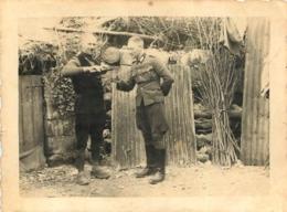SOLDAT ALLEMAND SE FAISANT SERVIR A BOIRE PHOTO ORIGINALE  9.50 X 7 CM - Krieg, Militär