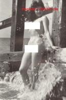 Reproduction D'une Photographie Ancienne D'une Jeune Femme Nue éclabousser Par L'eau De Mer - Reproductions