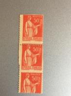 Bloc De Type Paix 283 50c  Variete  Défaut De Perforation , Non Dentelé  Par Décalage - France