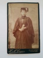PHOTO Cartonnée Portait Jeune Femme Reception D'un Diplome H M Cooper 27 East Steet TAUTON - Anonieme Personen