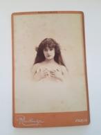 PHOTO  Cartonnée ARTISTE Femmininne FERNANDE DULAC Epaules Nues Mains Sur La Poitrine Reutlinger RV 21 Bd Montmartre Par - Beroemde Personen