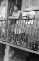 """5760""""DONNA AFFACCIATA AL BALCONE DI UN LOCALE PUBBLICO-PUBBLICITA' MARTINI E BIRRA MENABREA"""" FOTOCARTOLINA ORIGINALE - Persone Anonimi"""