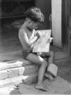 Photo Madagascar Un Enfant Dessinne Sur Tablette électronique? 1998 Vivant Univers - Afrika
