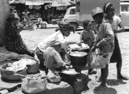 Photo Madagascar Fianarantsoa Vendeuse De Manioc Bouilli 1998 Vivant Univers - Afrika