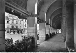 21 - BEAUNE : Les Halls - Les Arcades - CPSM Dentelée Noir Blanc Grand Format - Côte D'Or - Beaune
