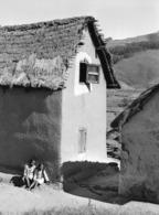 Photo Madagascar Environs De Fianarantsoa Maison Villageoise Typique 1998 Vivant Univers - Afrika