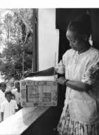 Photo Madagascar Institutrice D'école Primaire Région De Vatomandry 1998 Vivant Univers - Afrika