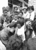 Photo Madagascar Le Père Pedro Opéka Console Une Petite Fille, Battue Par Sa Mère à Andralanitra 1998 Vivant Univers - Afrika