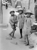 Photo Madagascar Fianarantsoa Enfants Jouant Aux Autos (blocs De Bois) 1998 Vivant Univers - Afrika