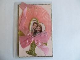 Carte Fantaisie Couple D'amoureux En Médaillon Sur Panier Doré Tissu Eventail Et Ruban De Soie - 1955 - Couples