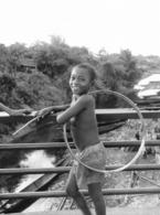 Photo Madagascar Environs De Toamasina Enfant Jouant Au Cerceau 1998 Vivant Univers - Afrika