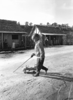 Photo Madagascar Vatomandry Enfant Joue Avec Son Camion 1998 Vivant Univers - Afrique
