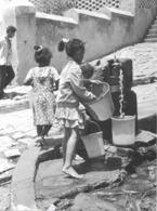 Photo Madagascar Fianarantsoa Fillettes à La Fontaine 1998 Vivant Univers - Africa