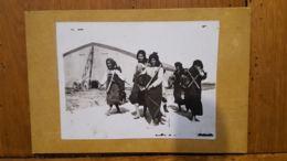 BELLE PHOTO SUR CARTON FEMMES REVENANT DU TRAVAIL DANS LES BALKANS PEUT ETRE THESSALONIQUE FORMAT TOTAL 15 X 10 CM - Lugares