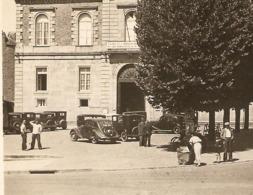 50 - AVRANCHES LA PLACE De La MAIRIE - PEUGEOT 202 - 1950 -  ZOOM - Passenger Cars