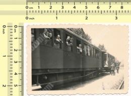 REAL PHOTO 1940's People On Train Windows Railway Railroad - Personnes Sur Les Fenêtres De Train ORIGINAL SNAPSHOT - Trenes