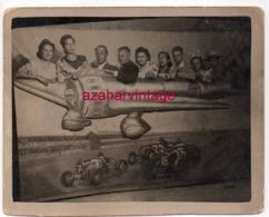 SURREALISME, REAL Photo Montage Dans Un Avion, 88X70MM - Personas Anónimos