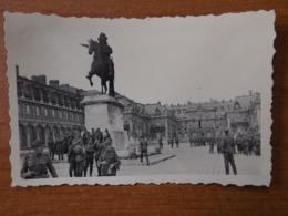 VERSAILLES WW2 GUERRE 39 45  SOLDATS  ALLEMANDS DEVANT LA STATUE EQUESTRE DU ROI LOUIS XIV - Versailles