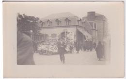 Carte-photo à Identifier - Cavalcade Char Vers Les Années 1910 à 1920 - POMPE A ESSENCE - Lieux
