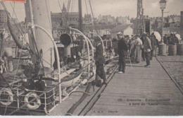 Cpa Granville 50 Manche Embarquement  Passagers Sur Le Laura    Quai Port Beau Plan - Granville