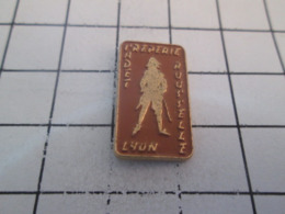 711e  PINS PIN'S / Beau Et Rare : Thème ALIMENTATION / CREPERIE CADET ROUSSELLE LYON - Levensmiddelen