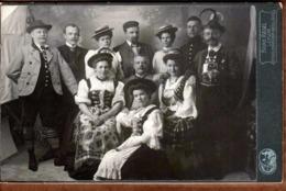 Grand Tirage Photo Albuminé Cartonné CDV Bruno Riedel 1878-1937 De Leipzig - Groupe Familial En Costumes Traditionnels - Antiche (ante 1900)