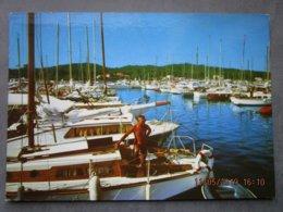 CP 83 ILE DE PORQUEROLLES   - Le Port  De Plaisance , Plaisancier Sur Son Voilier 1977 - Porquerolles