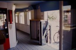 Photo Diapo Diapositive Slide Wagon Voitures Nouveaux Trains SNCF Espace Handicapé Le 21/06/2000 VOIR ZOOM - Dias