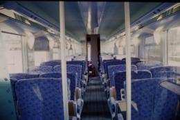 Photo Diapo Diapositive Slide Wagon Voitures Nouveaux Trains SNCF Intérieur 2ème Classe Le 21/06/2000 VOIR ZOOM - Dias