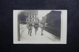 MILITARIA.- Carte Photo De Militaires Dans Une Ville , Cachet De Commission Militaire De Contrôle Au Verso - L 46069 - Personnages