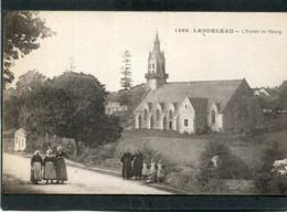 CPA - 29 - LANDELEAU - L'Entrée Du Bourg Et L'Eglise, Animé - Autres Communes