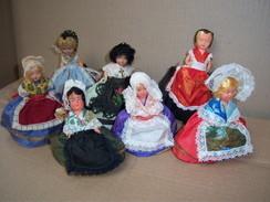 """Poupée Folklorique De Région PETITCOLLIN Lot De 7 Poupées CELLULO ET PLASTIQUE Monté Sur """"baigneur"""" - Dolls"""