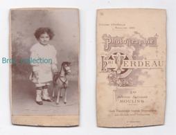Photo Cdv D'une Fillette Et Son Cheval De Bois, Photographe Henri Verdeau, Moulins, Enfant, Jouet - Anonymous Persons