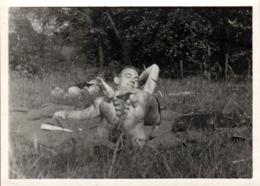 Photo Originale Gay & Playboy Sexy En Maillot De Bains Bronzant Les Doigts De Pied En éventail Sur L'Herbe Vers 1940 - Personas Anónimos