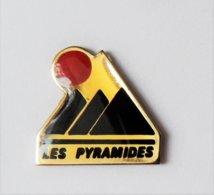 Pin's Les Pyramides - TOURISME - Other