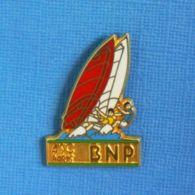 1 PIN'S //   ** ASC / BNP PARIS / PLANCHE à VOILE ** . (Ballard Doré à L'OR Fin) - Zeilen
