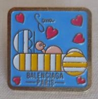 PIN'S  BALENCIAGA - Parfum Mode Paris - Mode Fashion Perfume / Coeur / Années 80 - Parfum