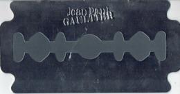 """Superbe Livret En Forme De Lame De Rasoir (argent Brillant) - Jean-Paul GAULTIER  """"LE MALE"""" TERRIBLE - ITALIE 22 X 18 Cm - Duftkarten"""