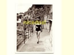 Ancienne Photo Amateur Jeune Femme Maillot De Bain Jolies Jambes Mer Vacances Plage Tirage Original Papier Madère 1954 - Anonyme Personen