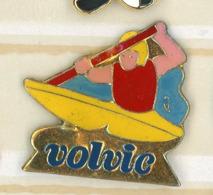 N# - PIN'S:  VOLVIC CANOÉ - Levensmiddelen