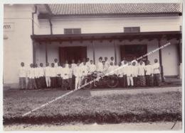 GRANDE PHOTO / GROTE FOTO AFDELINGSBANK VOLKSCREDIETWEZEN IN BANDOENG / GROEPSBEELD MET OUDE HARLEY DAVIDSON MOTO - Indonésie
