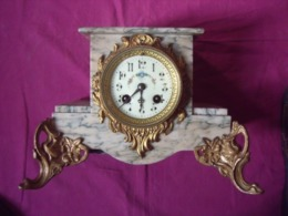 UNE ANCIENNE PENDULE EN MARBRE BLANC / VERT - Horloges